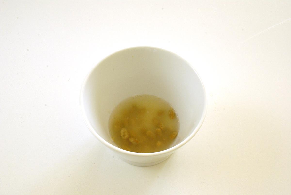 納豆作り(納豆に熱湯をそそぐ)