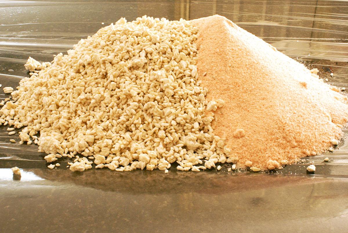 味噌作りに使う米麹と塩