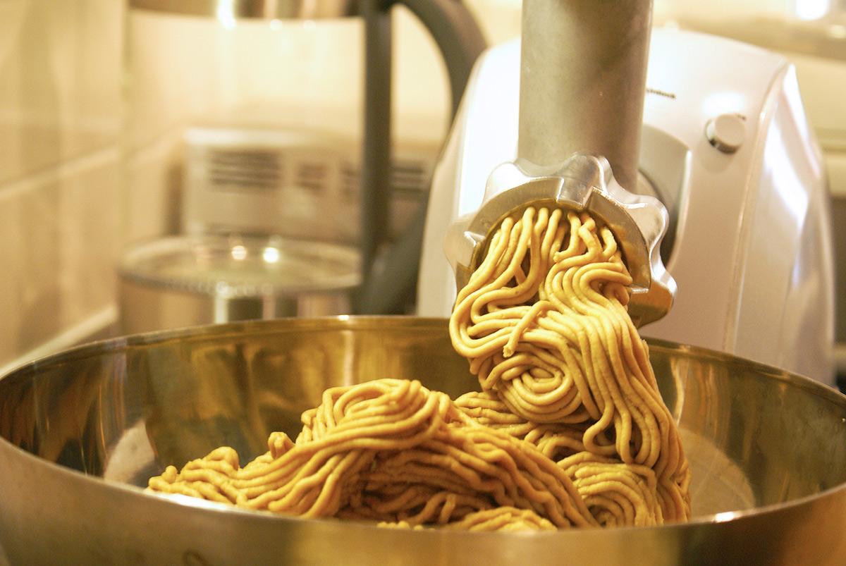 味噌作りの大豆をつぶす